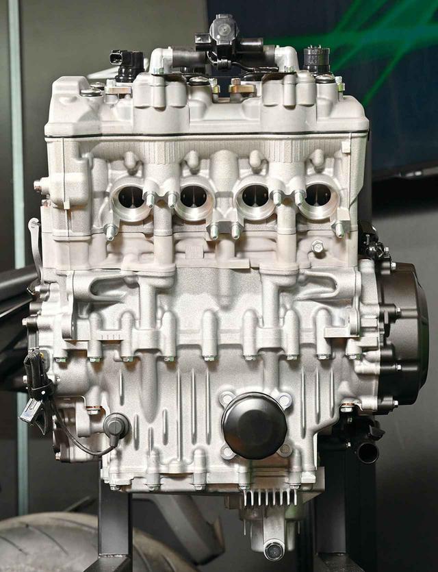 画像: シリンダーピッチを詰め、エンジン幅をスリムに仕上げた新設計4気筒エンジン。連結されるエキパイは排気ポート下ですべてが連結され、サブチャンバーにつながる。