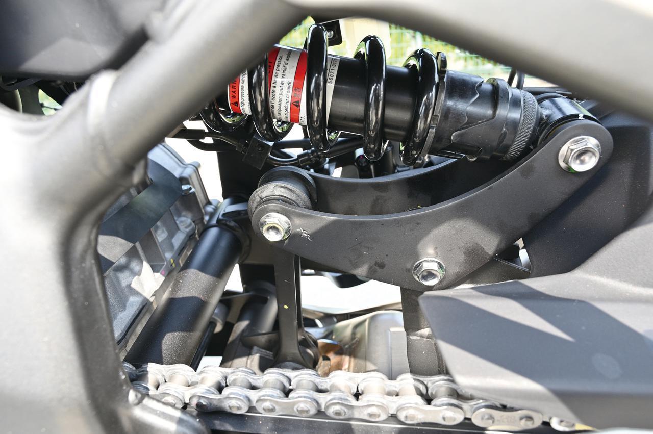画像: リアサスはレイダウンしてマウントされる、ZX-10R譲りのホリゾンタルバックリンク方式を採用。サスペンション本体はプリロード調整機構付きなのがわかる。