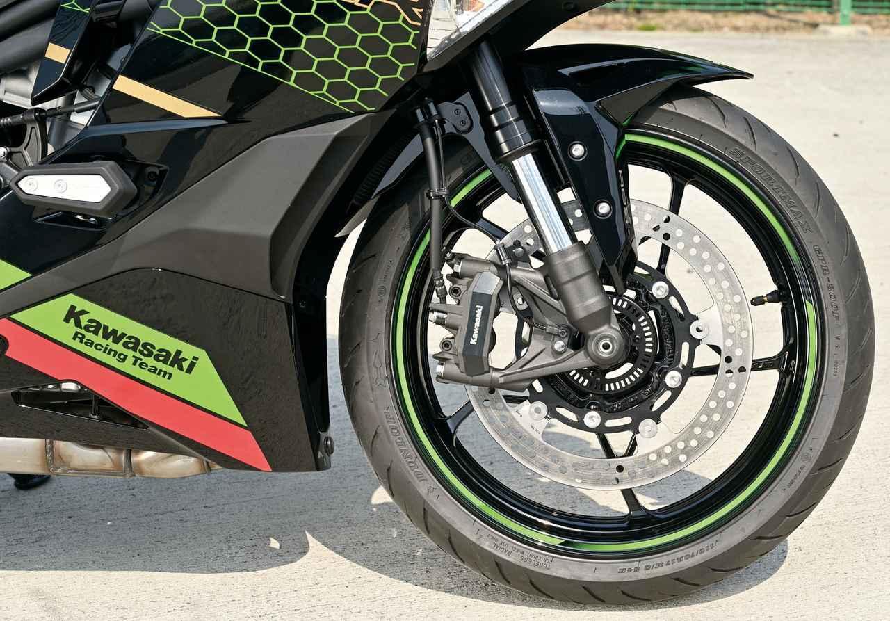 画像: 純正で採用されるショーワ製SFF-BP倒立フォークは片側ずつにプリロード、減衰力調整機能が分かれている。ABSは標準装備、タイヤはダンロップ製ラジアルだ。