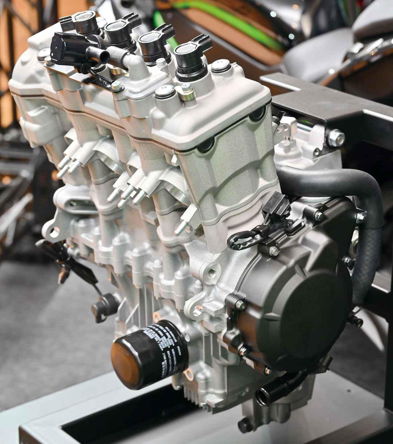画像: 新設計の4気筒エンジンは一般向けにも単体で公開された。かなり前後長が短い印象。写真の逆サイドにカムチェーンを寄せた「サイドカムチェーン式」でヘッドの高さがバルブ挟み角の狭さを表わす。