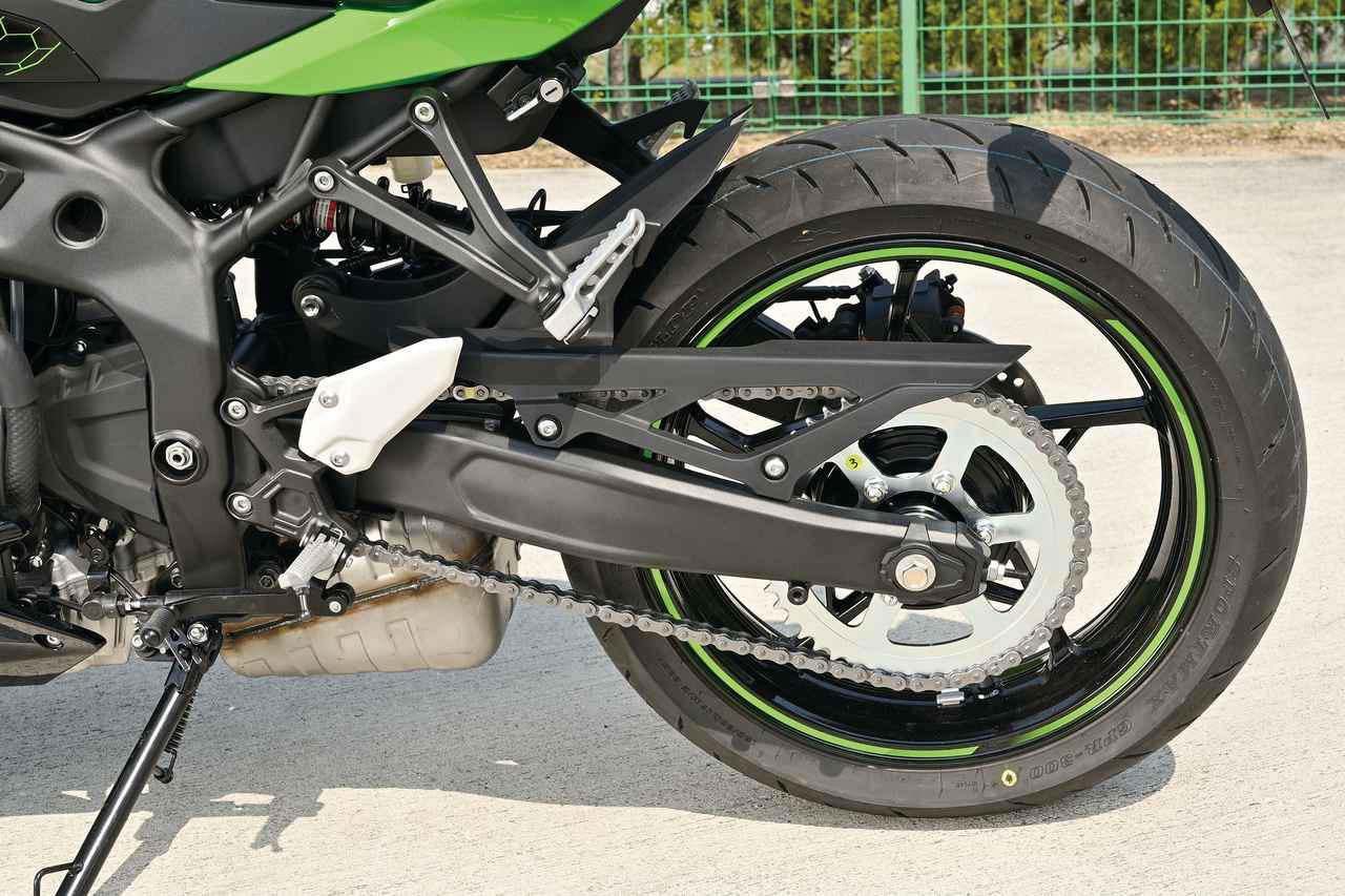 画像: ロングアーム構造がよくわかる。ドリブンスプロケットは50丁、Ninja250の40丁に比べてかなりローギアードになっているのかもしれない。タイヤはGPR300。