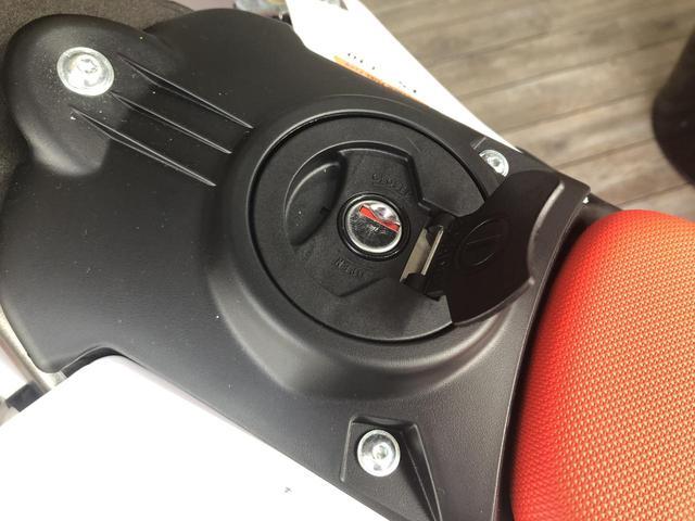 画像2: 燃料タンクキャップのデザインが変更され、メインキーで開閉できる鍵付きのものにグレードアップ。