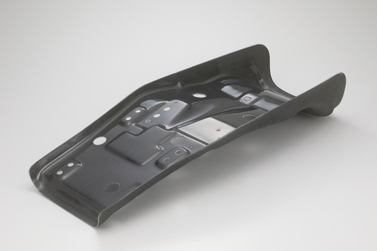 """画像: スリム""""の名の通り、シートベースは車体への装着性を損なわない範囲でライダー側の左右寸が詰められて、足着き性向上に貢献している。希望すればシートベース単体での販売にも応じてもらえる。"""
