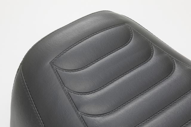画像: すみずみまで余計な張りやヨレの見られない、シャキッと貼られた専用シートの表皮。ライディングをしっかりサポートしてくれるはず。表皮は写真の純正風デザインのほか、細かなオーダー(別料金)も可能だ。