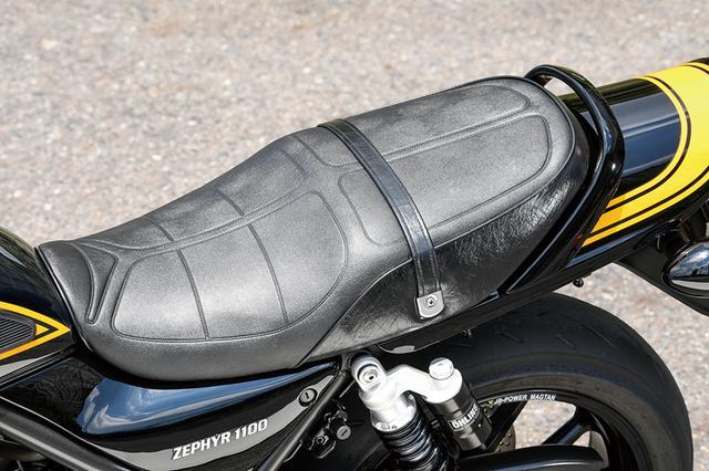 画像: ニーグリップパッドを追加した燃料タンクは2006年型ゼファー1100のノーマル。イエローボールのカラーリングも同様だ。また、シート/サイドカバー/テールカウル等の外装、タンデムベルトを配したシートとも、いずれも2006年型ゼファー1100ノーマルをそのまま使用している。
