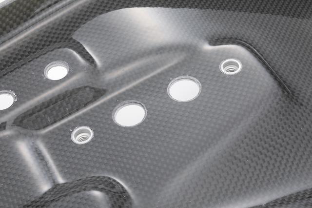 画像: カーボンシートベースのアップ写真。クリア仕上げが施されている。レギュラーモデルとしてFRP黒ゲル仕上げも用意。対応車種も今回紹介のZ1000Mk.llのほか、Z1-RやZ1000J/R用など、幅広くラインナップしている。