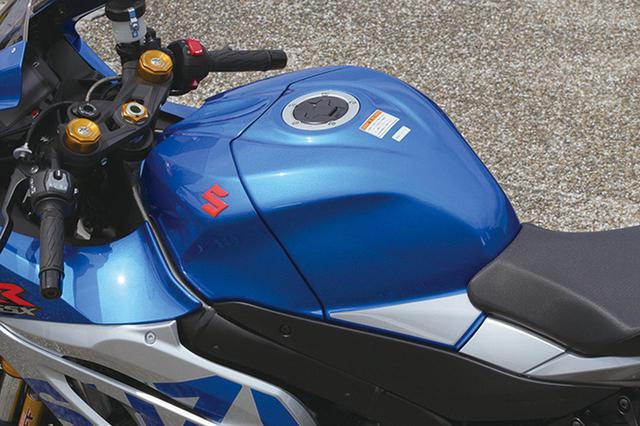 画像: 通常のGSX-R1000では燃料タンクに装着されている「S」バッジはシルバーなのだが、このモデルではGSX-RRと同じく赤いバッジになっている。