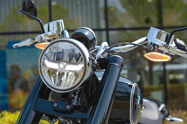画像: メッキ部なども含めR5のヘッドライトデザインをそのまま採用。通常点灯でセンターのラインが光り、ハイビームで下部が点灯する。