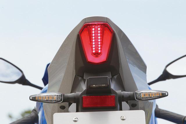 画像: シルバーに塗られたシャープな形状のテールカウルの後端下面には、コンパクトだが高輝度で視認性の高いLEDテールランプを装着。