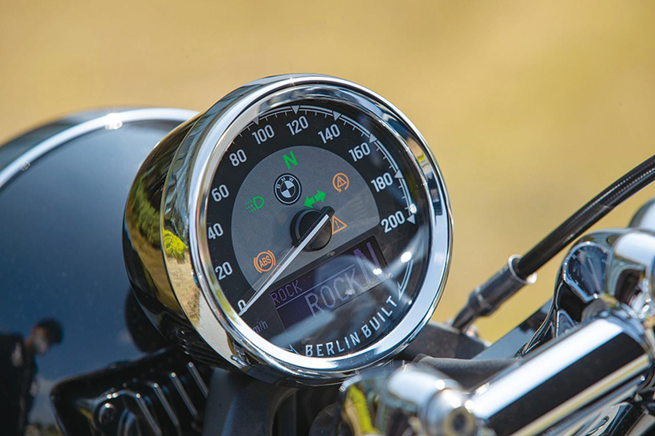 画像: ハンドル周りをゴチャつかせないようにシングルメーターを採用。デジタル表示部分でライディングモードなどの状態を表示する。
