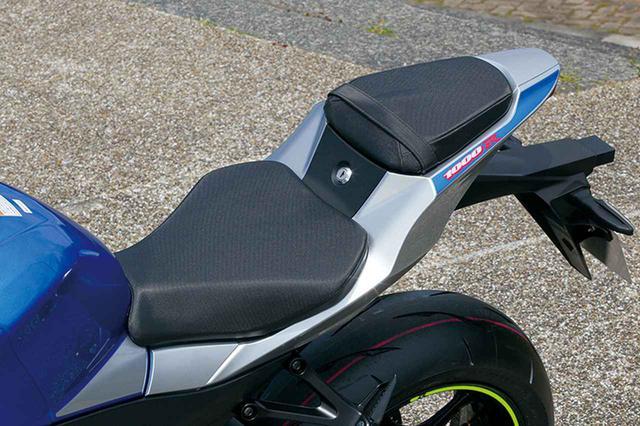 画像: テールカウルはシルバーを基調としている。サイドの車名ロゴの部分にはブルーのグラフィックが入る。シート形状などはノーマルと同様。