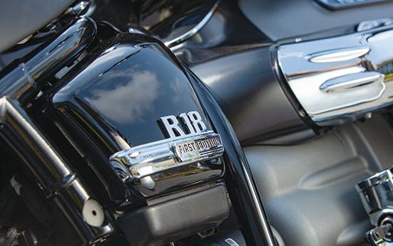 画像: 撮影車両はクロームパーツと特別な塗装を採用した『R18 FIRST EDITION』。サイドカバーには誇らしげにロゴが入る。