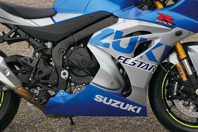 画像: ブルーをベースに「SUZUKI」ロゴを大胆にあしらったカラーリングを採用する近年のMotoGPマシン・GSX-RR、その2020年モデルのカラーを取り入れた特別な1台。
