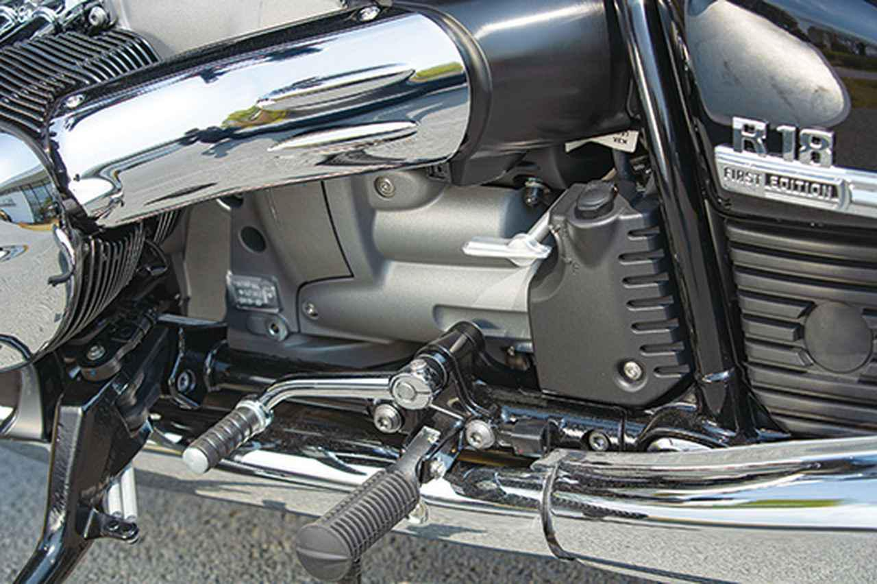 画像: 車体左側のステップよりやや上にある白いレバーはリバースギア用。駐車場での切り返しなどもスムーズにできる。