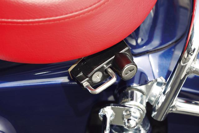 画像: 各車種用に幅広いラインアップで人気のヘルメットロックは、まるで純正品と思えるような高品質(税別3500円)。