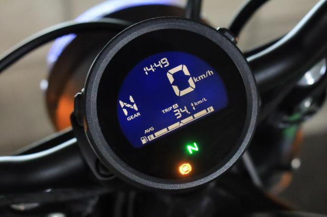 画像: 新型レブルのメーターは、ギアポジション・インジケーターを搭載。さらに平均燃費や瞬間燃費の表示機能もあり!