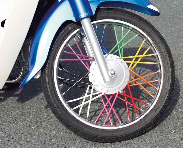 画像: 大人気スポークラップは、スポークに簡単にかぶせられる。写真の全9色あり(40本1セット税別5800円)。