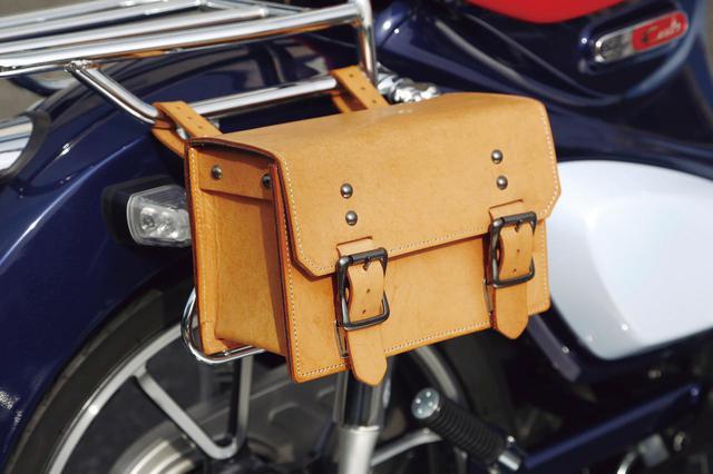 画像: 汎用のクラシックツールバッグは本革ベルトマウント式。写真はスタンダードサイズ、タン色(税別1万5000円)。