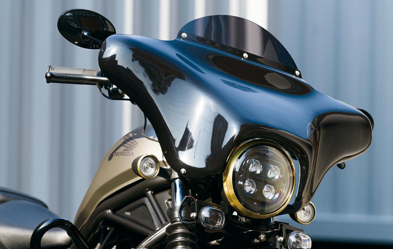 画像: フェアリングキット 税別45,000円 ハーレーに装備される「ヤッコカウル」をリメイクしてレブルに似合う仕上がりで装着され、防風効果を向上。ステーはハンドルマウントを兼ねた構造にしたことで、スマホホルダーなどのガジェット類が使いやすくなっている。 レブル250/500対応('17〜)・FRP製(※ブラケットはスチール)・黒ゲルコート仕上げ(カウル)