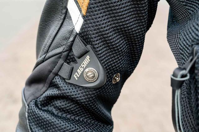 画像: 刺繍やワッペンを用いたゴージャスな佇まいに、プロテクターや袖と裾のアジャスト機能などを装備。
