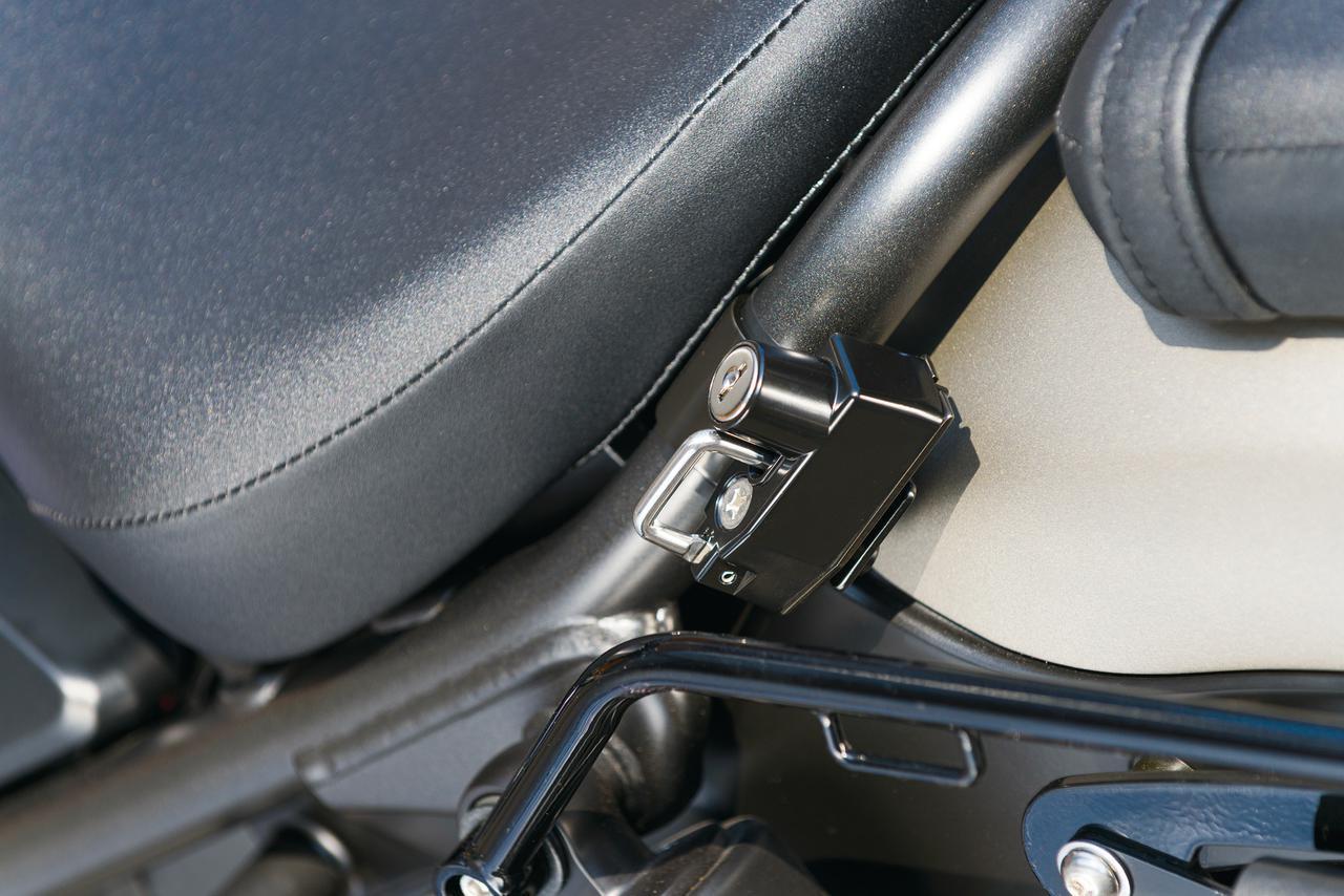画像: ヘルメットロック 税別3,600円 純正ヘルメットホルダーはサイドバッグ装着時には位置的に使用できなくなる。それをカバーしてくれるのがヘルメットロック。