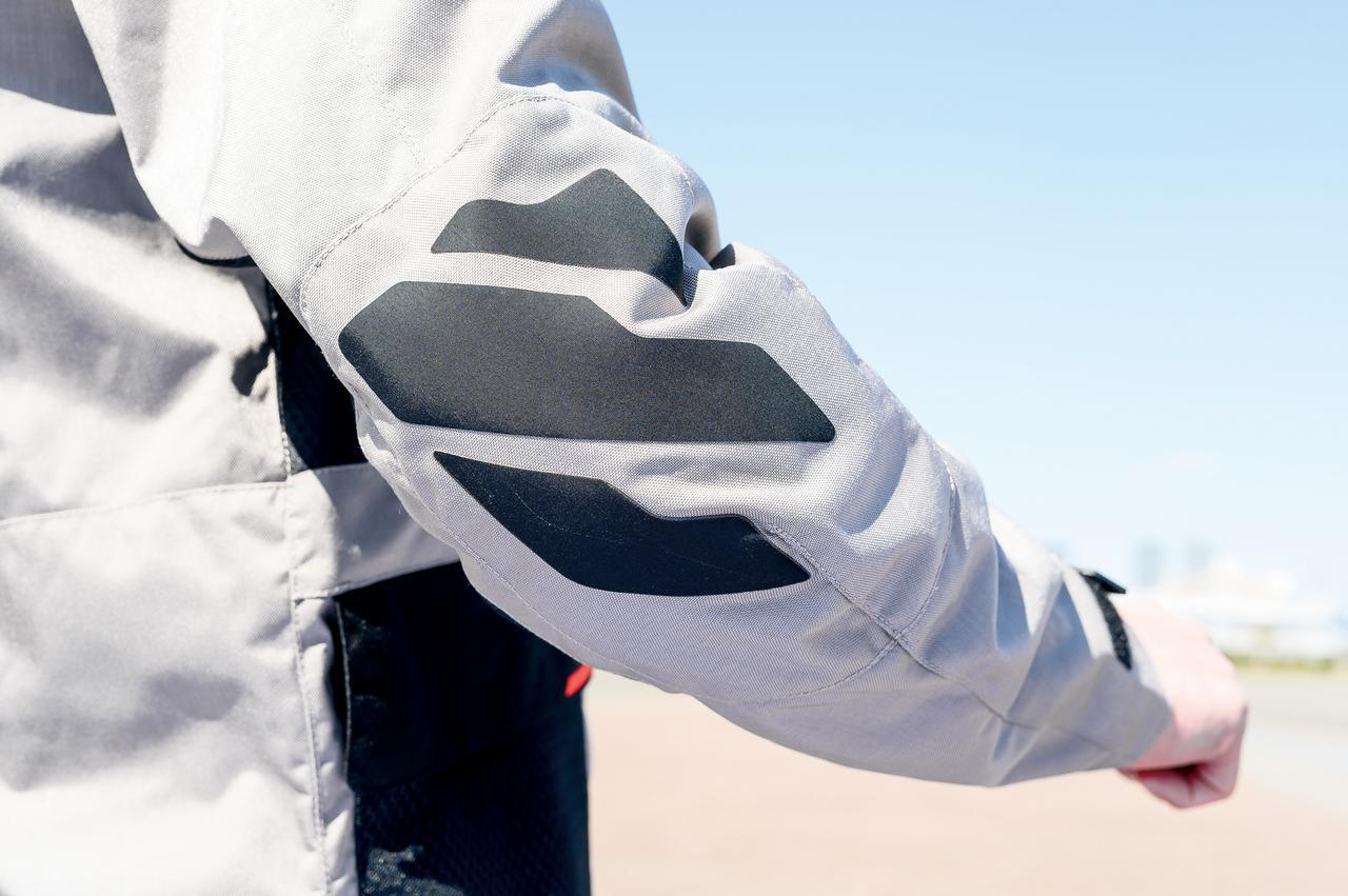 画像: プロテクター装備の肘にはリフレクターを配置し、視認性と共にデザイン性も高めている。