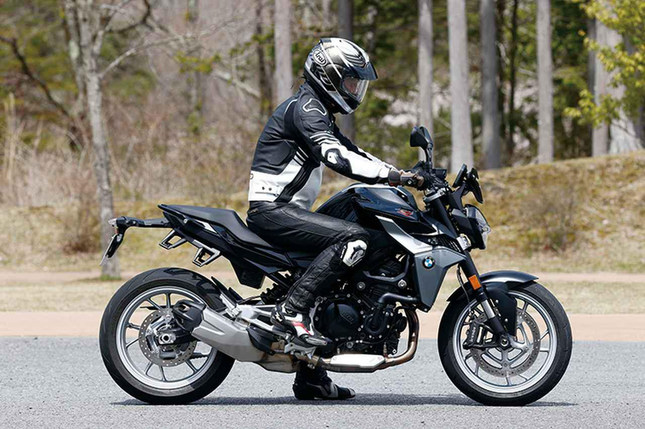 画像: BMW F900R ライディングポジション・足つき性