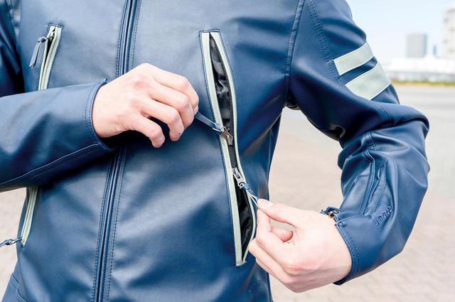 画像: デザインのアクセントでもいる大型ポケットは、上下から開閉できるWジップ。
