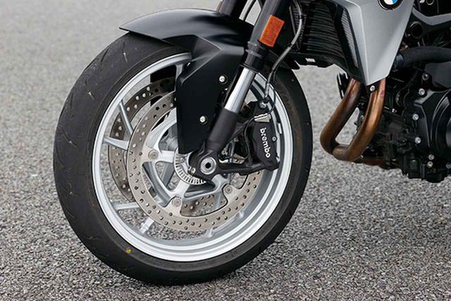 画像: φ43㎜の倒立フロントフォークに、ブレーキはブレンボ製のラジアルマウントキャリパーを装着。〝ベース〟グレード以外はABSプロを標準装備。