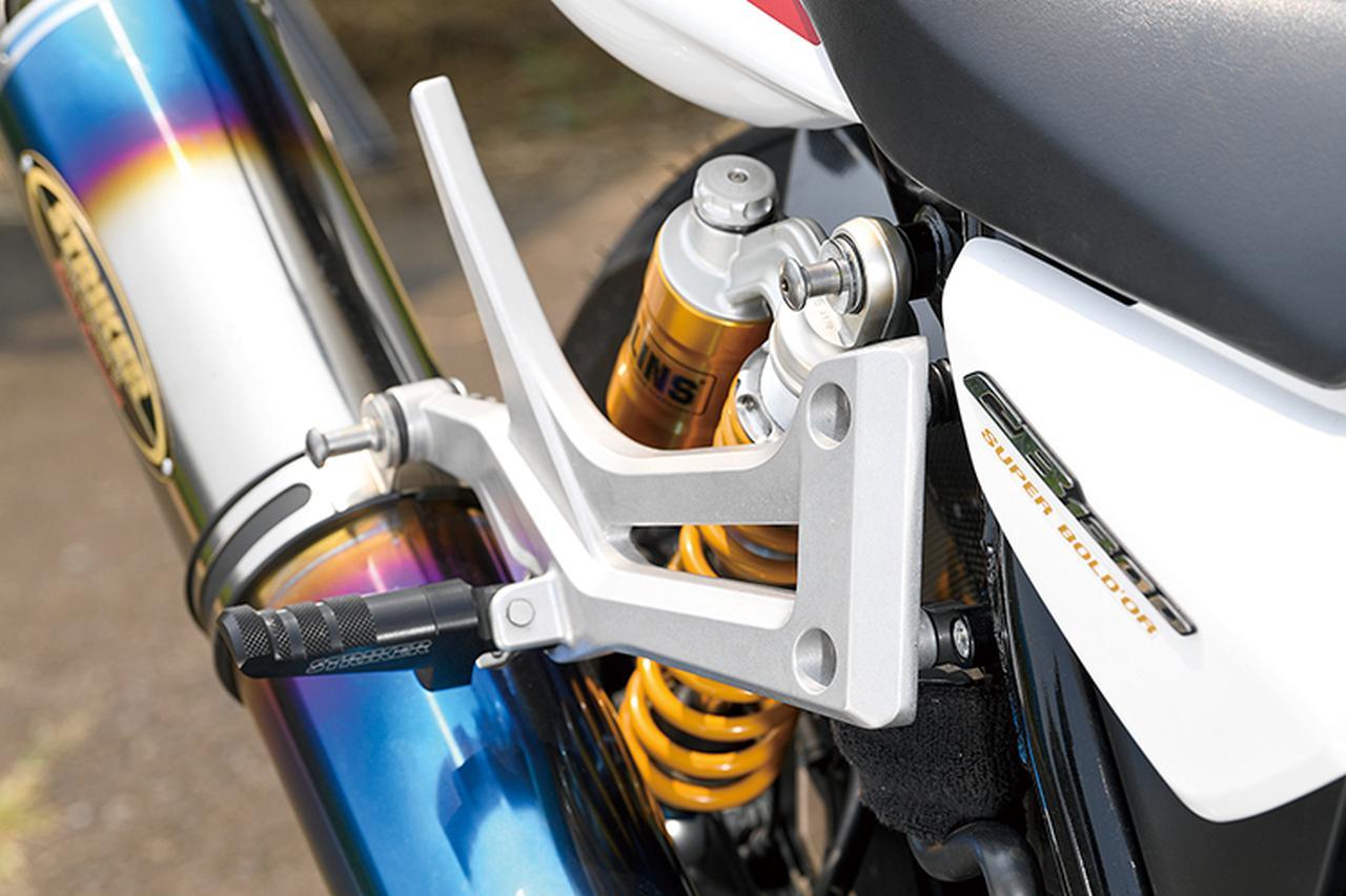 画像: スリムなデザインのステップは、ストライカースペシャルステップキットのブラック。タンデムステップもストライカーのSTC=スポーツツーリングコンセプトステップキット・オリジナルタンデムステップバーSTC HONDA車用に換装されている。