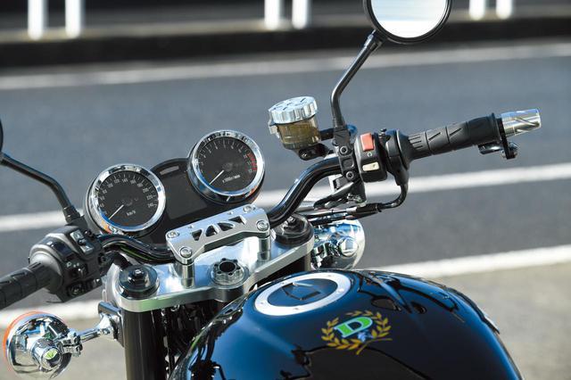画像: ステアリングステムとハンドルバーエンド、ミラーホルダーはそれぞれKファクトリー製削り出しとして質感を高め、ハンドルバーもドレミ・スーパーバイクハンドルに換装。この車両を元に市販されたパーツも多い。