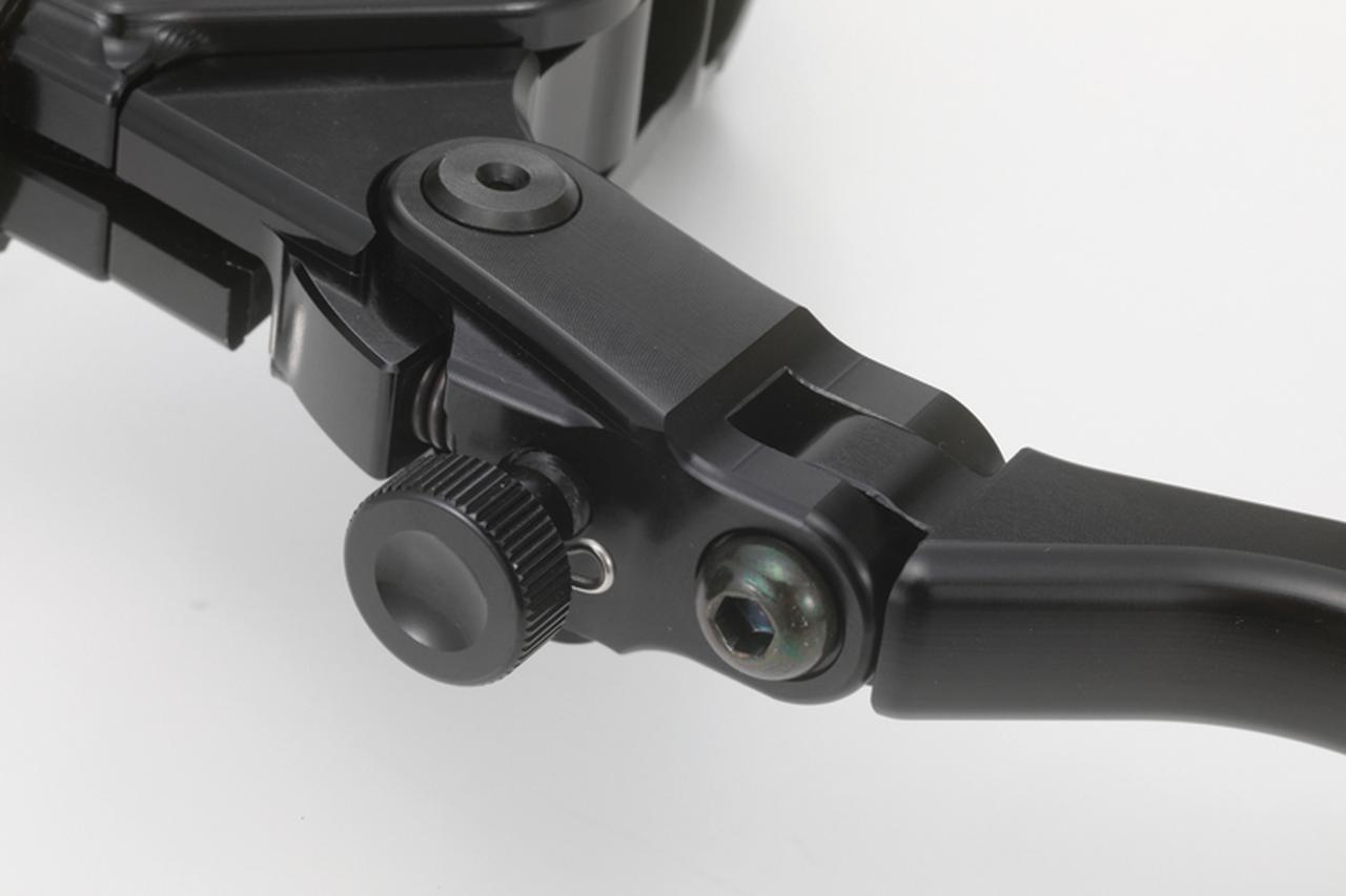 画像: レバー開度調整ノブ。油圧式クラッチマスターキットに劣らない機能がここにもある。レバーピボット部にはベアリングも内蔵して、スムーズな操作性を実現する。写真にないがレバーホルダー部裏側にはレシオアジャスターも装備。取り外し式のタイコホルダーを入れ替えて、レバー比も変更できるのだ。