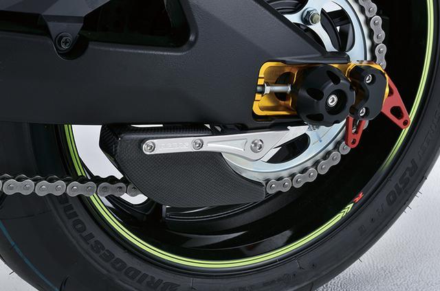 画像: スイングアーム下に付くのは「リヤスプロケットガード FRP」で削り出し製ステーとFRPまたはカーボン製スプロケットガードのセット。エンド部は「チェーンアジャスタースライダー」で、こちらはスライダー/後ろ引きチェーンプラー/スタンドプレートのセットだ。