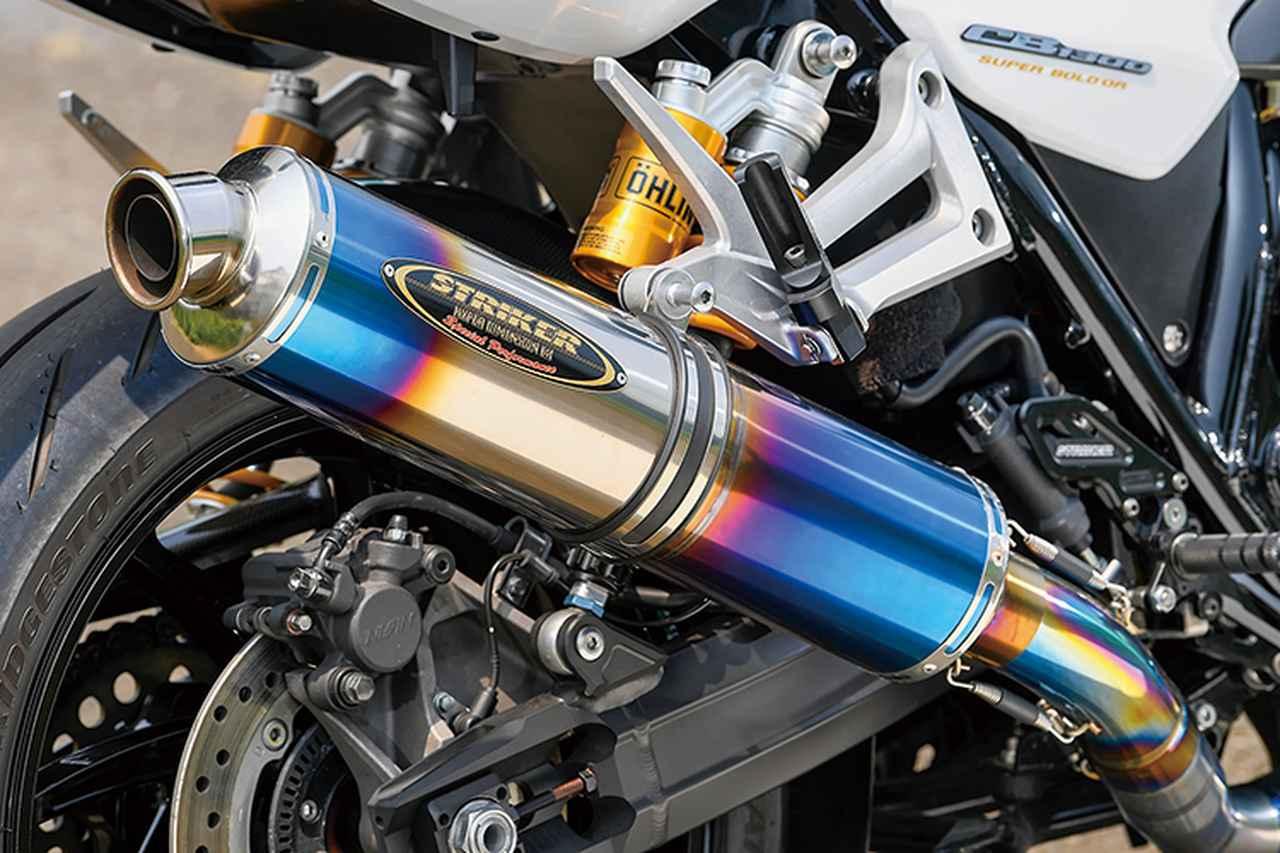 画像: エンジン前側に見えるエキパイのチタンらしい焼け色や、ヒートカラーサイレンサー(φ115×480mmの真円タイプチタンシェル)も美しいエキゾーストシステムは、ストライカー・ストリートコンセプト・チタンフルエキゾーストJMCA 4-2-1STDだ。