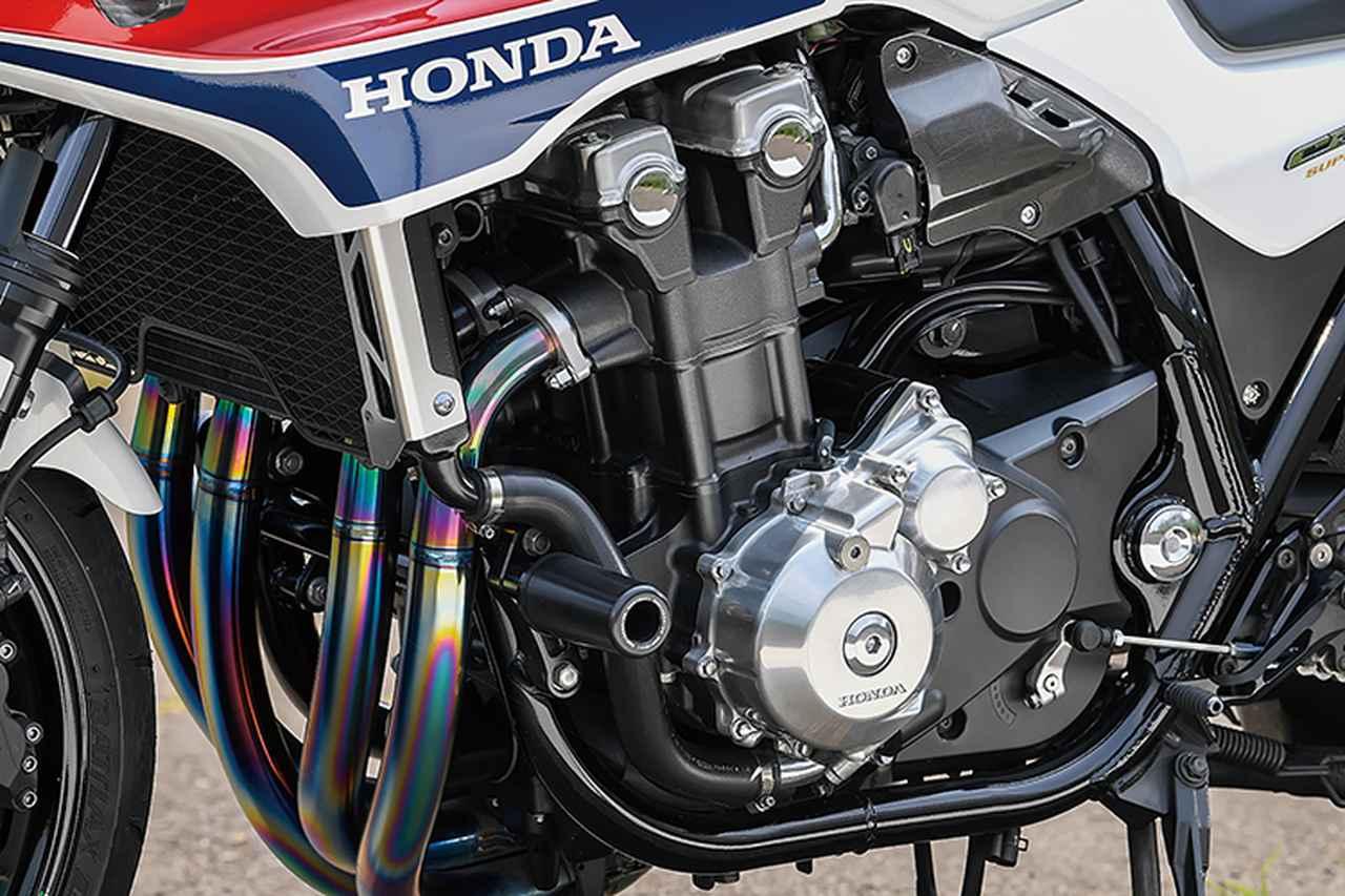 画像: 水冷直列4気筒のエンジンやFIまわり、フレームなどはCB1300SBノーマルのまま。他の部分のブラッシュアップで全体の印象を高めている。