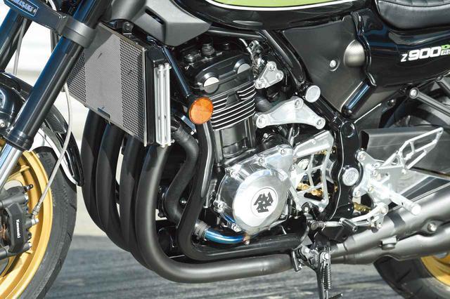 画像: エンジンはZ900RSノーマルで、エンジン前から下にダウンチューブのように走るのがダミーフレーム。フレームプラグやアルミ削り出しのエンジンハンガー、ステップキットはKファクトリー製だ。