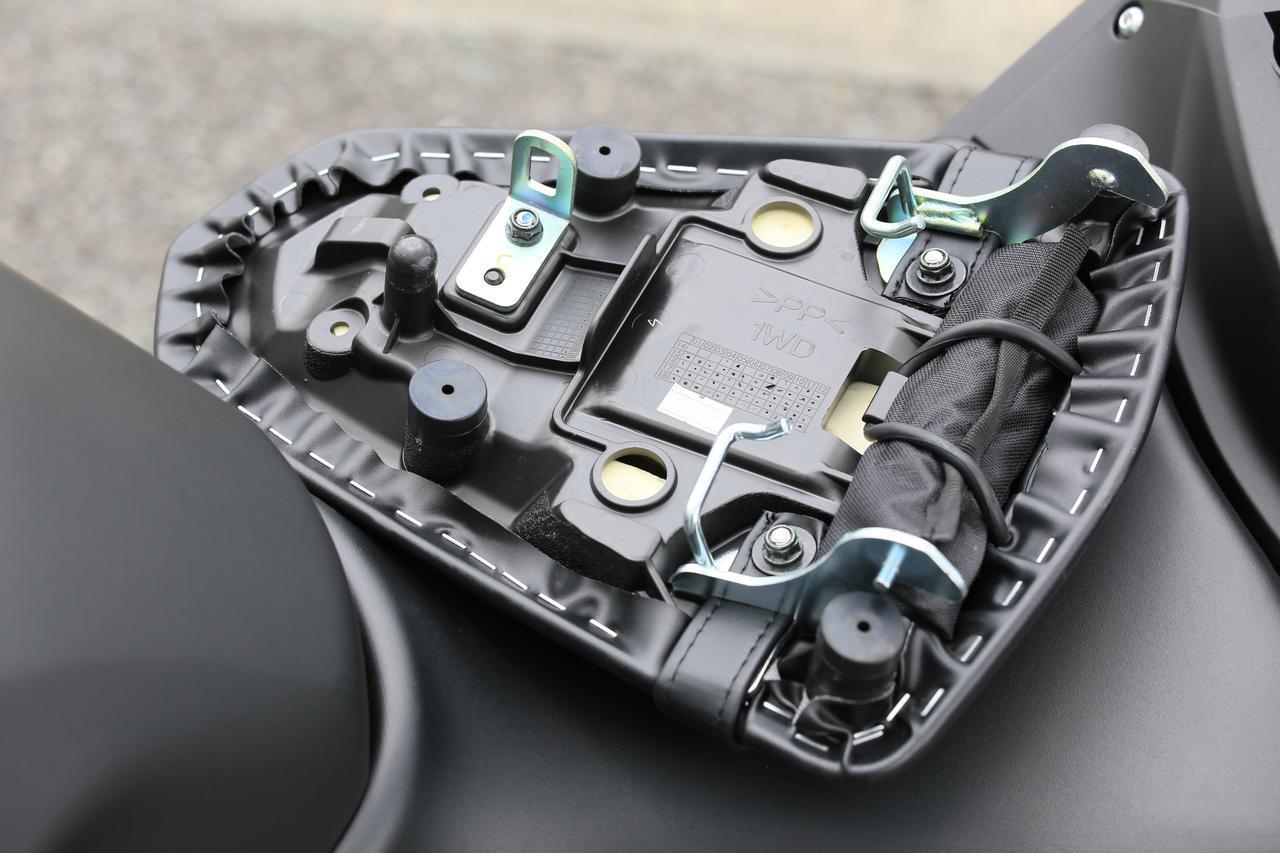 画像: リアシートの裏には車載工具が括り付けられています。