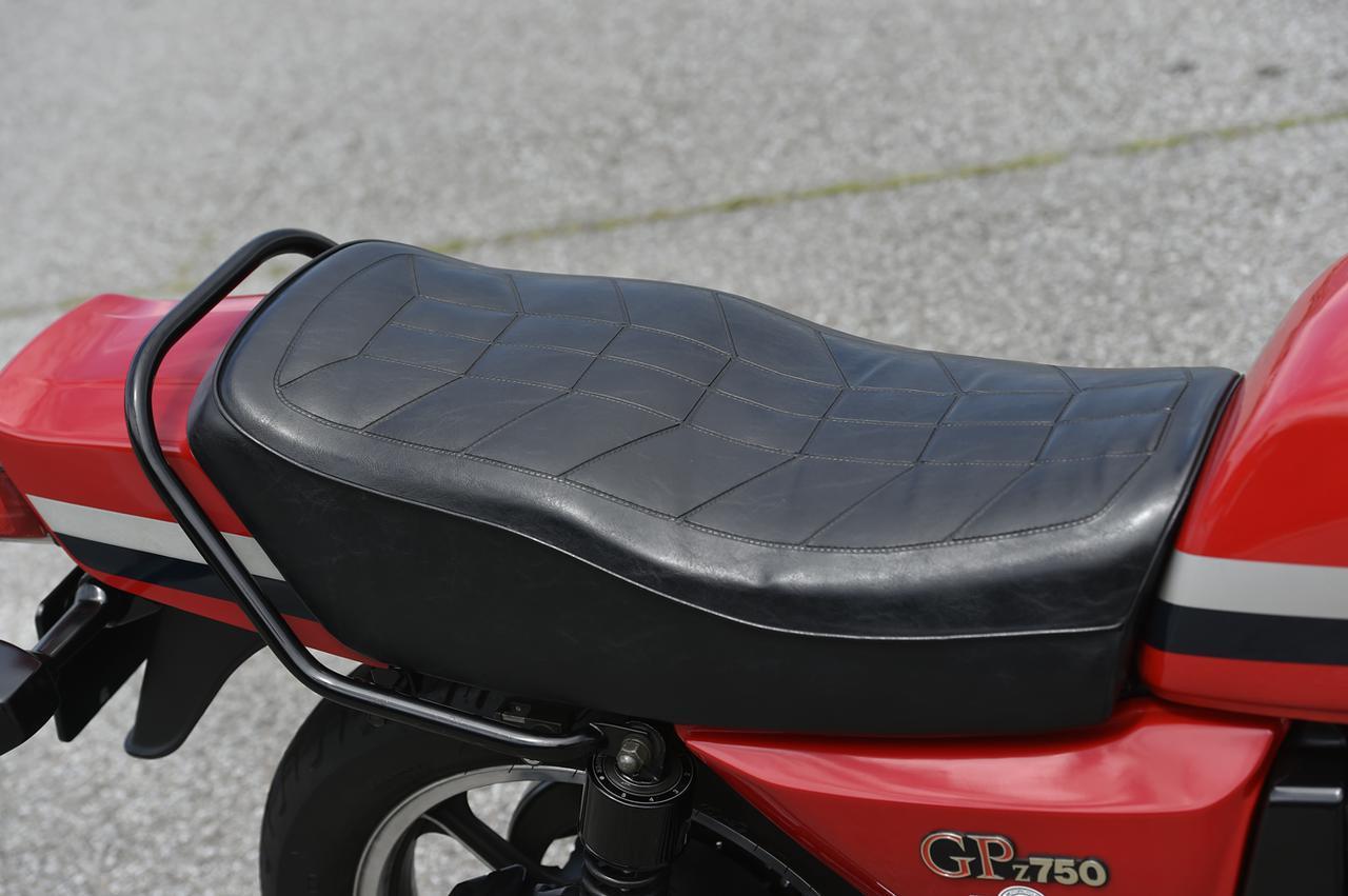 画像: 肉厚でクッション性が良好なシート。かつ高さは800mm で足着き性は良好。