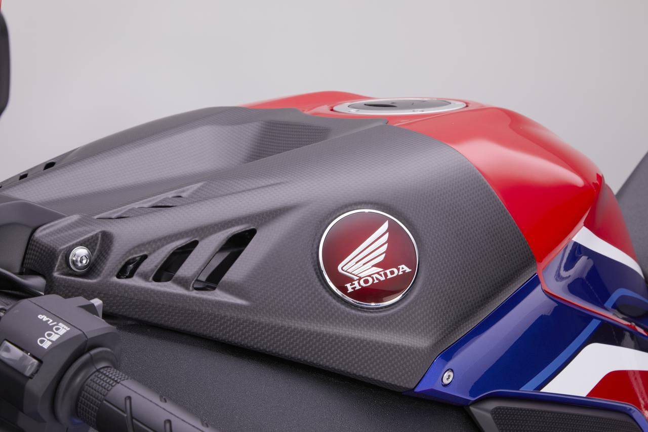 Images : 4番目の画像 - CBR1000RR-R FIREBLADE/CBR1000RR-R FIREBLADE SP 純正アクセサリー 「ドライカーボン製外装部品」 - webオートバイ