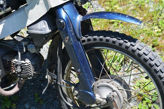 画像: フロントフェンダーは純正をカットしてオフロード感のあるスタイルに。泥詰まり防止かな。タイヤはTIMSONのTS802&TS808。