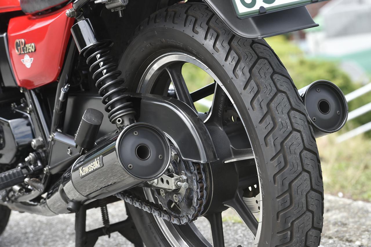 画像: ホイール径、タイヤサイズはZ1000J やZ1000R とほぼ同じとしつつ、コンパクトな車体ならではの軽快感を披露する。マフラーは左右2本出しで、北米仕様の開口部は日本仕様よりも大きい。リアショックは5段階式の可変ダンパーを装備。