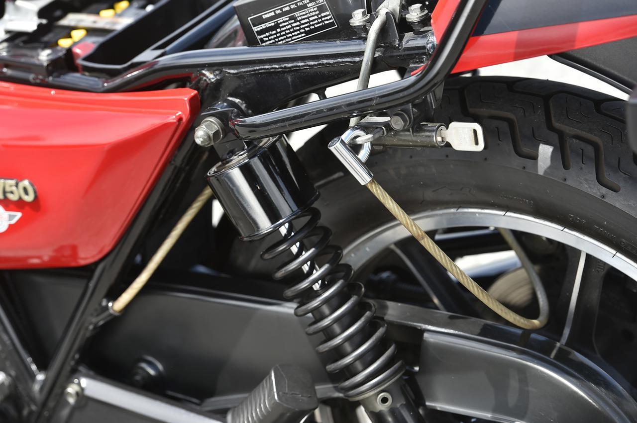 画像: リアショック付近には、フレームチューブ内に収まる形でワイヤーロックを装備。施錠の際は引き出してホイールに通す。