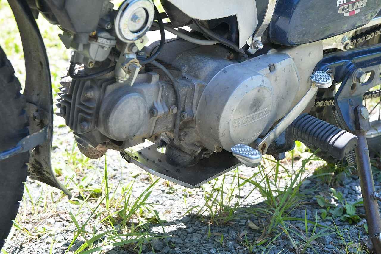 画像: エンジン下側に強そうなアンダーガード。ステップ、リアブレーキペダル、シフトペダルはリトルカブ用のものに換装済。