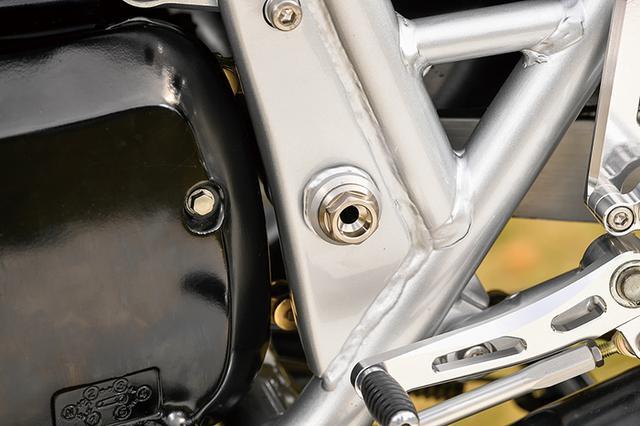 画像: ノーマルではスチールプレートのエンジンマウントは、TG-RUNオリジナルのA2017削り出し品に入れ替えられている。取り付け剛性と位置精度を上げ、ハンドリングの向上にもつなげるものだ。スイングアームピボットやアクスルシャフトはクロモリに変更する。