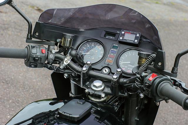 画像: メーターまわりはZ1R-Ⅱのノーマルをリフレッシュ。ステアリングステムもノーマル50mmオフセットで、前後18インチにも適合する。ちなみにZ1R-Ⅱのノーマルは1.85-19/2.15-18ホイールだが、他のZ系の60mmでなく50mmオフセットを採用していたのだ。左右マスターはラジアルポンプのブレンボRCSだ。