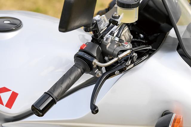 画像: フロントマスターシリンダーは、ラジアルポンプのブレンボレーシングとしコントロール性を高め、タッチを良くした。スロットルはアクティブ製をチョイスする。