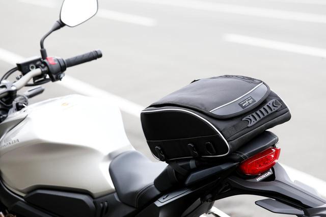 画像: 取付ベルトをリアシートに留めるバッグの一例。これならグラブバーや荷掛フックが備わっていなくても、リアシートを外せるバイクなら安心して取り付けられます。