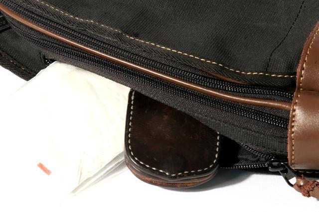 画像: サイドポケットにはティッシュなど小物を入れておくのに便利。