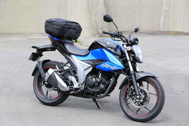 画像: 装着したバッグはゴールドウインの「GWM X-OVER(クロスオーバー)デイパック 30」(税込18,590円)。泊まりがけのツーリングにも役立つ容量30L。
