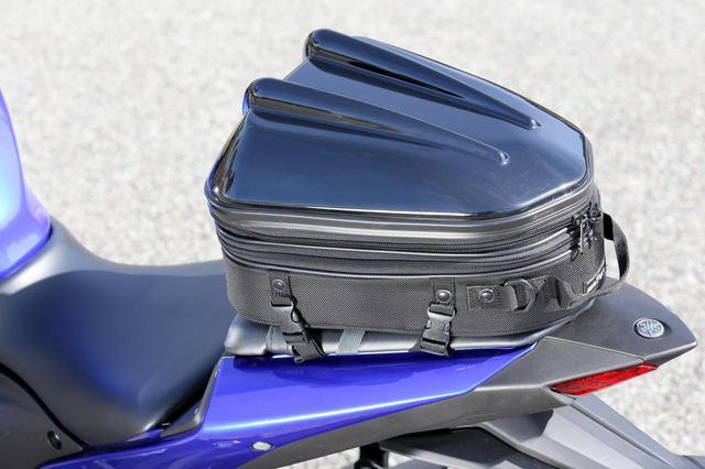 画像: 装着したバッグはタナックス「シェルシートバッグMT」(税込14,300円)。容量は10~14Lで、日帰りツーリングにちょうどいいサイズ。